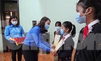 Bí thư Tỉnh đoàn Quảng Trị Trần Thị Thu trao tặng quà Tết cho gia đình chính sách, hộ nghèo và học sinh có hoàn cảnh khó khăn trước thềm Xuân mới 2021