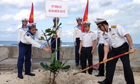ĐVTN Vùng 4 Hải quân hưởng ứng Tết trồng cây 2021 trên đảo An Bang thuộc quần đảo Trường Sa. Ảnh: QCHQ