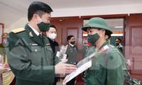Thượng tá Nguyễn Đức Cương, Phó trưởng Ban Thanh niên Quân đội tặng quà tân binh huyện Ngân Sơn lên đường nhập ngũ năm 2021, sáng 27/2