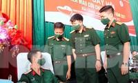 Lãnh đạo Ban Thanh niên Quân đội và Bệnh viện T.Ư Quân đội 108 trò chuyện với đoàn viên Trường Quân sự Quân đoàn 2 tham gia hiến máu, sáng 7/8. Ảnh: Nguyễn Minh
