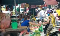 Hàng quán đóng cửa, người dân tăng cường mua thực phẩm nấu ăn tại nhà.