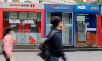 Một chuỗi ATM được đặt trên đường phố Hà Nội. Ảnh: Thanh Hải.
