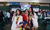 Mai Anh cùng những người bạn của mình tham dự vòng Chung kết GENIUS Olympiad tại New York, Mỹ. (Ảnh: Mai Anh đứng ngoài cùng bên trái)