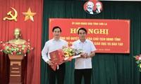 Ông Lê Hồng Minh, Phó Chủ tịch UBND tỉnh Sơn La (bên phải) trao quyết định bổ nhiệm Phó Giám đốc phụ trách Giáo dục và Đào tạo.
