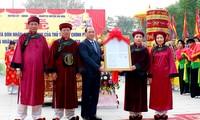 Trao Quyết định công nhận Tượng Mẫu Âu Cơ là bảo vật quốc gia. Ảnh: Nguyễn Quý.
