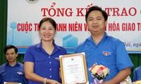 Chị Đoàn Thị Thanh Tâm, Bí thư Tỉnh Đoàn Yên Bái trao giải Nhất cho thí sinh Dương Quốc Bảo, thị trấn Yên Thế, huyện Lục Yên.