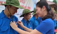 Lãnh đạo Tỉnh Đoàn Yên Bái trao huy hiệu, mũ cho ĐVTN tham gia chiến dịch thanh niên tình nguyện hè.
