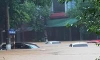 Hàng loạt ô tô chìm trong biển nước.