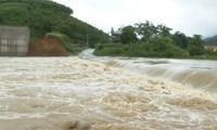 Đập tràn ở Tân Sơn bị ngập khiến 4 xã bị cô lập.
