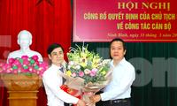 Chủ tịch UBND tỉnh Ninh Bình (phải) trao quyết định và chúc mừng tân Phó Giám đốc Sở Kế hoạch- Đầu tư Tạ Hoàng Hùng - Ảnh: Hoàng Long