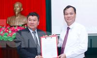 Phó Bí thư thường trực Tỉnh uỷ Nam Định Lê Quốc Chỉnh (phải) trao quyết định cho tân Bí thư Huyện uỷ Hải Hậu Trần Minh Hải - Ảnh: Hoàng Long