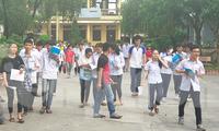 Thí sinh Nam Định phấn khởi rời phòng thi vì đề dễ - Ảnh: Hoàng Long