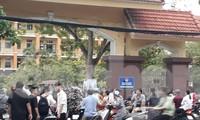 """Phụ huynh và học sinh tập trung ở các trường THPT để """"đợi"""" điểm - Ảnh: Hoàng Long"""