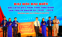 Anh Nguyễn Minh Hồng (thứ 3, từ trái sang) được bầu làm Chủ tịch Hội LHTN tỉnh Thái Bình - Ảnh: Hoàng Long