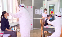 Ngành Y tế Ninh Bình kiểm tra, lấy mẫu xét nghiệm đối với các trường hợp trở về từ Đà Nẵng - Ảnh: Hoàng Long