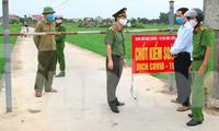 Toàn thôn Hoà Tiến bị kiểm soát nghiêm ngặt, áo dụng chế độ giãn cách xã hội sau khi có người nhiễm COVID-19 - Ảnh: Hoàng Long