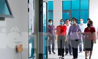 Bí thư Tỉnh uỷ Hà Nam Lê Thị Thuỷ kiểm tra công tác chuẩn bị thi tại các điểm thi - Ảnh: Hoàng Long
