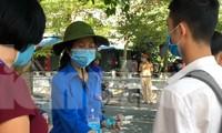 Thanh niên tienhf nguyện Thái Bình giúp thí sinh khử khuẩn trước khi vào phòng thi - Ảnh: Hoàng Long