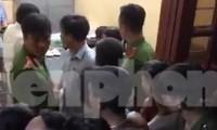 Người dân kéo đến trụ sở Công an xã Hoàng Nam yêu cầu làm rõ vụ việc - Ảnh: Người dân cung cấp