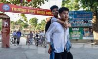 Thí sinh Ngô Văn Hiếu 10 năm cõng bạn bị tật nguyền đến trường - Ảnh: Hoàng Lam