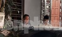"""Chiều 7/11, """"ông trùm"""" tín dụng đen Thái Bình - Chúc """"Nhị"""" (trái) bị dẫn giải về nhà riêng để thực hiện lệnh khám nhà - Ảnh: Hoàng Long"""