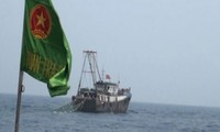 Bị Hải đội 2 phát loa xua đuổi, tàu cá treo cờ Trung Quốc bỏ chạy khỏi vùng biển Việt Nam - Ảnh: BPTB