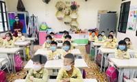 Học sinh trường tiểu học Phạm Hồng Thái (thành phố Nam Định) đeo khẩu trang, giữ khoảng cách an toàn khi đến lớp - Ảnh: Hoàng Long