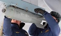 Một quả bom được treo dưới cánh máy bay IL-76.