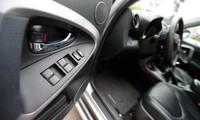 Cụm công tắc điều khiển cửa kính trên ghế lái.