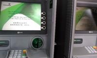 2 máy ATM hỏng tại chi nhánh Vietcombank 211 Trung Kính. Ảnh: Minh Tú.
