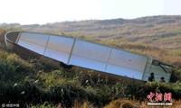 Hai mảnh vỏ bảo vệ của vệ tinh Phong Vân 4 được phát hiện trên cánh đồng ở huyện Toại Xuyên, tỉnh Giang Tây, Trung Quốc, China News hôm nay đưa tin. Ảnh: China News.
