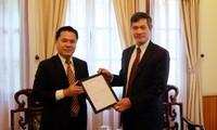 Ông Nguyễn San Miên Nhuận nhận Giấy chấp nhận Tổng lãnh sự từ đại diện Cục Lãnh sự, Bộ Ngoại giao Việt Nam.