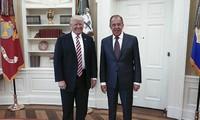 Tổng thống Mỹ Trump (trái) và Ngoại trưởng Nga Sergey Lavrov gặp nhau tại Nhà Trắng ngày 10/5. Ảnh: AFP.