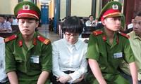 'Siêu lừa' Huỳnh Thị Huyền Như tại một phiên tòa. Ảnh: Tân Châu.