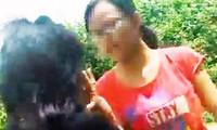 Bé gái mặc áo đỏ chặn đánh bạn cùng trang lứa ngay giữa đường.