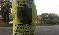 Poster đang được dán ở khu vực quanh sân Nou Camp, Tây Ban Nha. Ảnh: Marca.