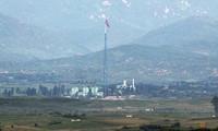 Cột cờ Triều Tiên ở ngôi làng gần khu phi quân sự giữa hai miền mà Hàn Quốc và Mỹ gọi là làng tuyên truyền. Ảnh: Yonhap.