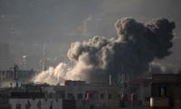 Khói bốc lên sau các cuộc giao tranh ở Zamalka, Đông Ghouta, Syria ngày 12/3. Nguồn: AFP/TTXVN.