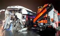 Clip xe khách đâm xe cứu hỏa trên cao tốc Pháp Vân