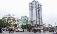 """Tọa lạc tại vị trí trung tâm với khu đất """"vàng"""" và được đánh giá một trong những nhà tái định cư đẹp nhất Hà Nội, nhưng tòa nhà 4A Tạ Quang Bửu (quận Hai Bà Trưng) bỏ hoang gần chục năm nay...."""