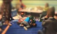 Hai đứa trẻ đánh nhau trên sân đấu.