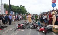 Hiện trường kinh hoàng vụ container đâm hàng chục xe máy ở Long An