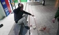Người đàn ông nghi bị viên đá từ tầng cao chung cư HH Linh Đàm rơi trúng đầu, chảy máu. Ảnh: Cư dân cung cấp.
