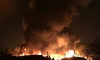 CLIP: Kinh hoàng lửa bao trùm nhà xưởng khiến nhiều người chết trong đêm