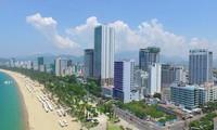 Nhà cao tầng mọc san sát dọc bờ biển thành phố Nha Trang, Khánh Hòa.