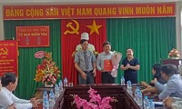 Các đồng chí: Huỳnh Tấn Việt, Cao Thị Hòa An trao Quyết định và tặng hoa chúc mừng đồng chí Đỗ Thái Phong.
