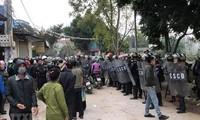 Lực lượng chức năng bảo vệ hiện trường nơi xảy ra vụ việc. (Ảnh: TTXVN phát)