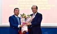 Bộ trưởng, Chủ nhiệm VPCP Mai Tiến Dũng trao quyết định tiếp nhận và bổ nhiệm ông Nguyễn Hồng Sâm giữ chức vụ quyền Tổng Giám đốc Cổng TTĐT Chính phủ kiêm Tổng Biên tập Báo điện tử Chính phủ.