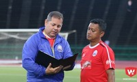 HLV Vitorino (trái) sẽ cho Campuchia chơi phòng ngự với Việt Nam.