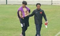 Thủ môn Phí Minh Long phải bỏ dở buổi tập sáng 22/12 của U23 Việt Nam vì chấn thương.